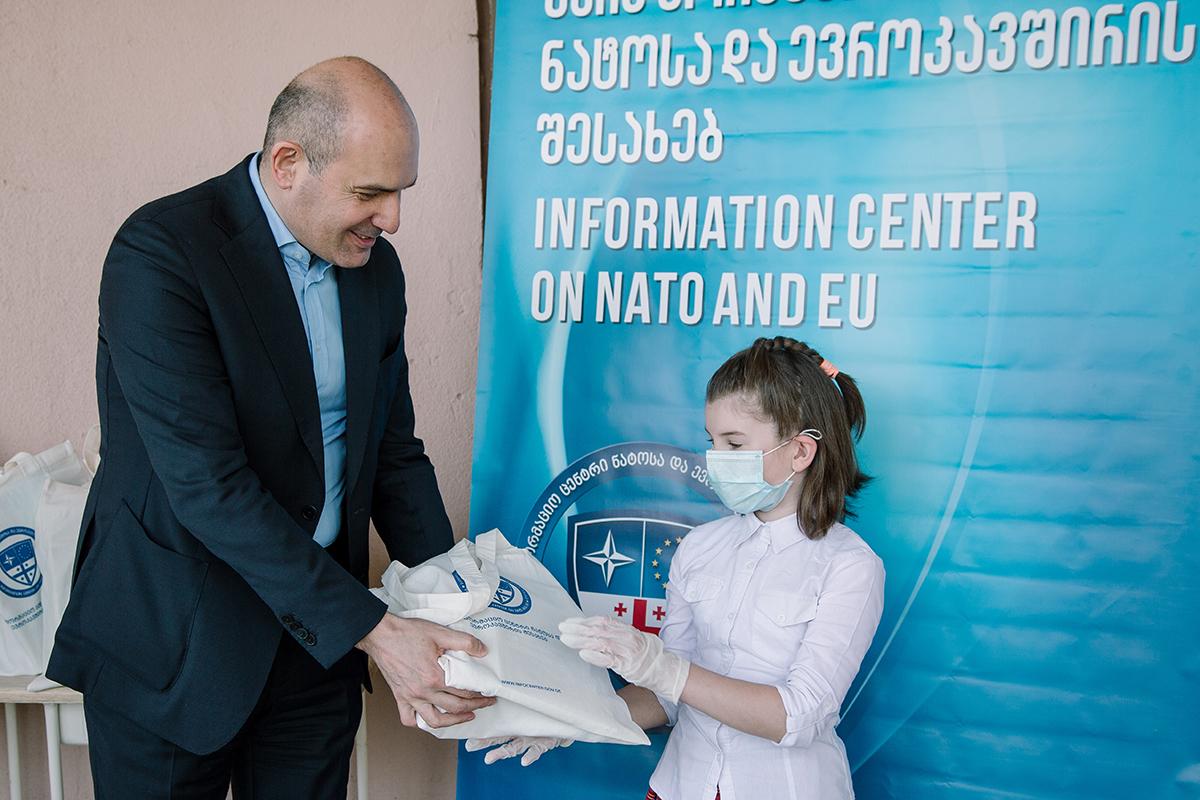 აფხაზეთის ავტონომიური რესპუბლიკის მთავრობის თავმჯდომარემ, რუსლან აბაშიძემ მოსწავლეებს ბავშვთა დაცვის საერთაშორისო დღე მიულოცა